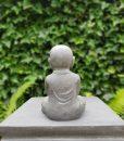Tuinbeeld Kindermonnik in Lotuszit