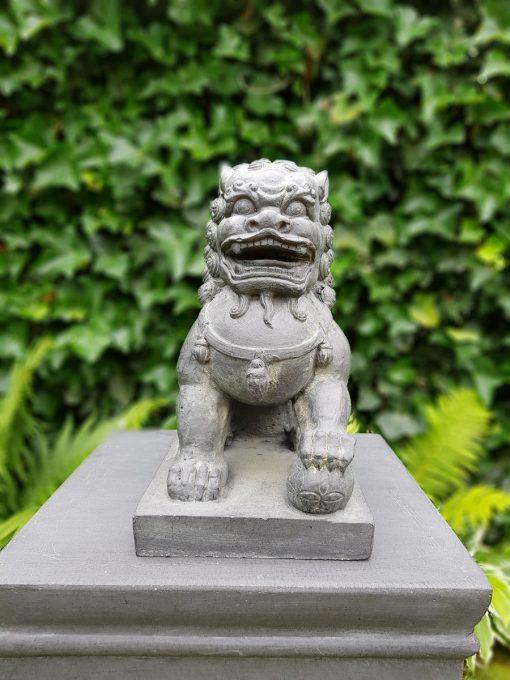 Tuinbeeld Tempelleeuw Bal onder Poot