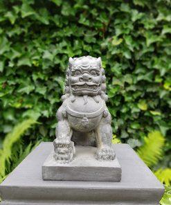 Tuinbeeld Tempelleeuw Welp onder Poot