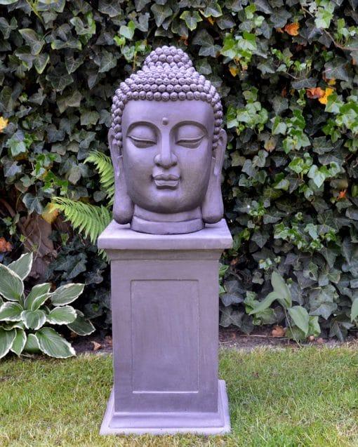 Boeddhahoofd-tuinbeeld-op-sokkel-donkergrijs