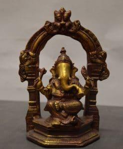 Ganesha zittend onder boog