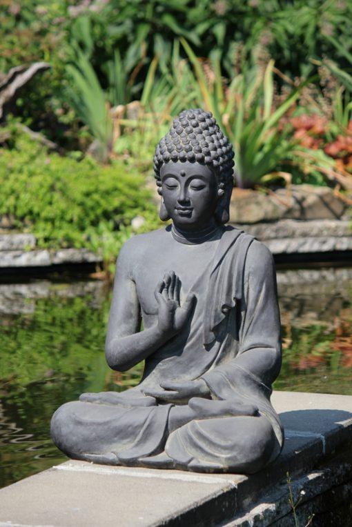 Sfeerbeeld-zittende-boeddha-bij-vijver