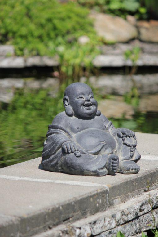 happy-boeddha-beeld-bij-de-vijver